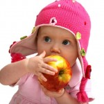 Baby_eating_an_apple_op_800x532
